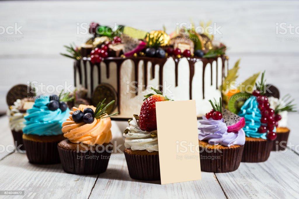 Schokoladen Muffins Und Kuchen Cupcakes Mit Beeren Obst Erdbeeren