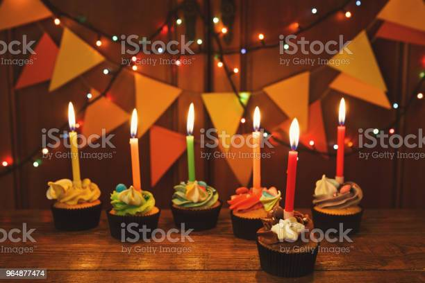 帶蠟燭的巧克力蛋糕與節日背景 照片檔及更多 不健康飲食 照片