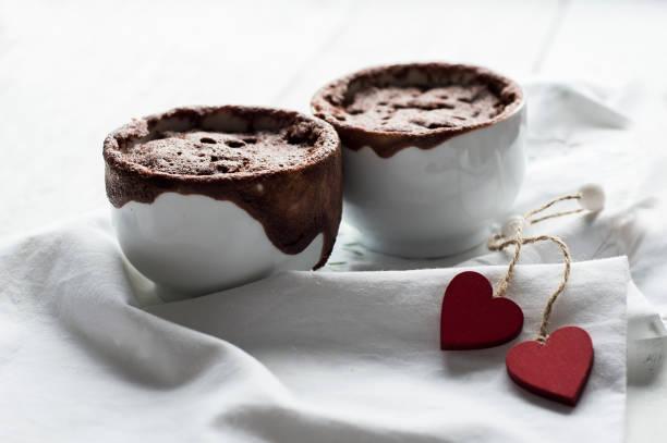 schokoladen-nachtisch zum valentinstag - schokolade gebratene kuchen stock-fotos und bilder