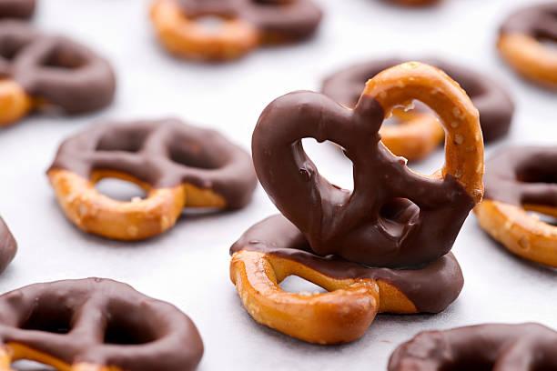 chocolate dipped pretzels on a baking sheet - 椒鹽蝴蝶圈 個照片及圖片檔