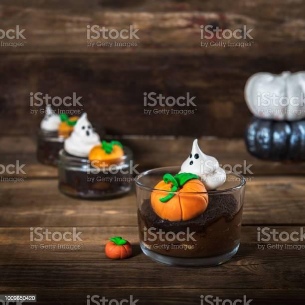 Chocolate dirt pudding for halloween with meringue ghosts picture id1009650420?b=1&k=6&m=1009650420&s=612x612&h=s7tgw89stsjw75jziqckdejr2fva92vwpvndyejoone=