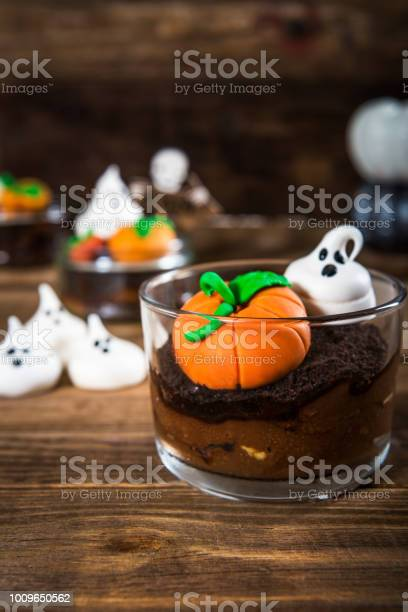 Chocolate dirt pudding for halloween with meringue ghosts picture id1009650562?b=1&k=6&m=1009650562&s=612x612&h=fukheo 9hl tp26uuh2mupki27dduqu 7d1p 49c5gk=
