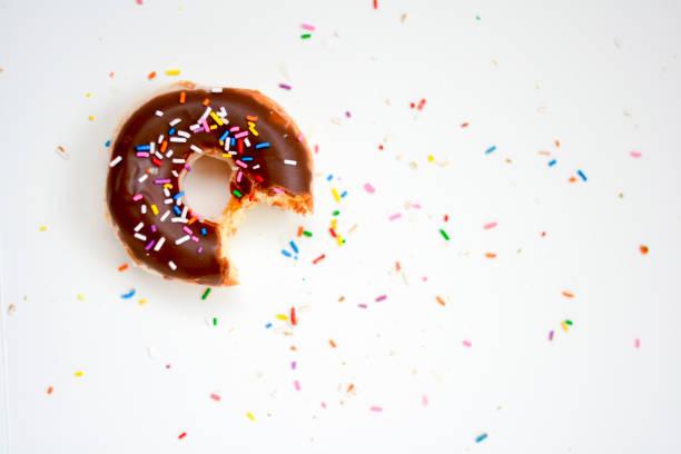 chocolate donut - posypka zdjęcia i obrazy z banku zdjęć