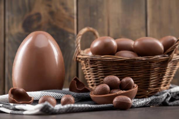 Schokoladen-Osterhase, Eier und Süßigkeiten auf rustikalem Hintergrund – Foto