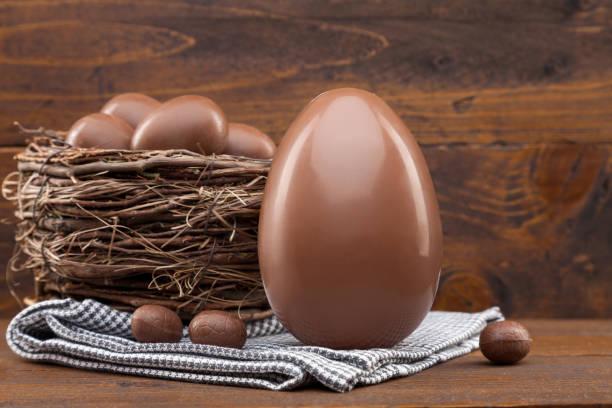 Schokoladen-Ostereiernei auf rustikalem Rücken – Foto