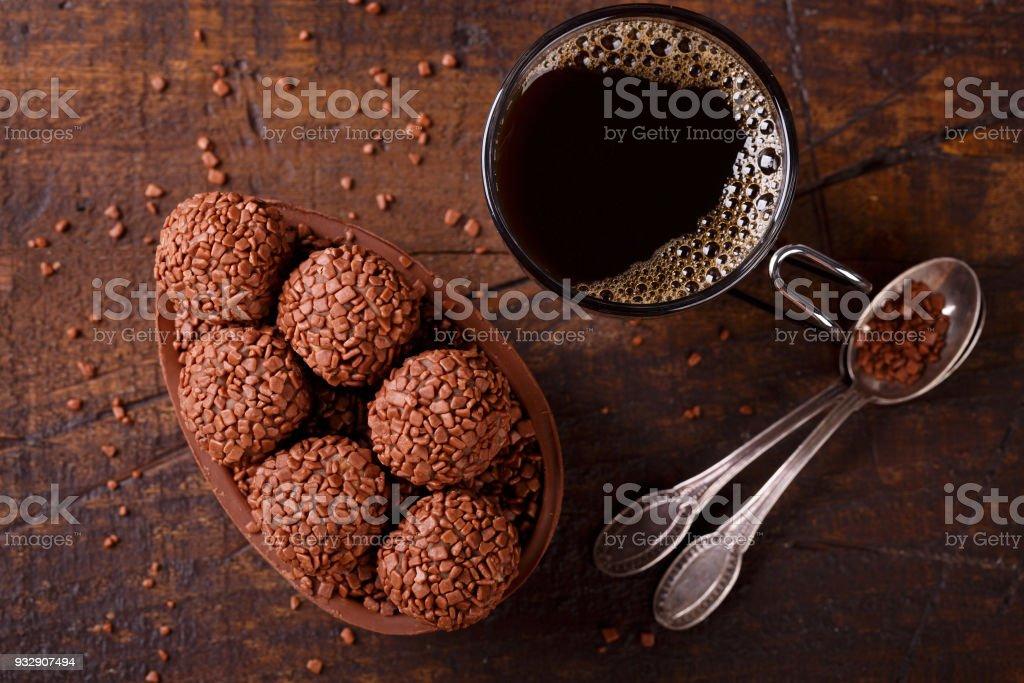 Ovo de chocolate com um recheio para a Páscoa em fundo de madeira - foto de acervo
