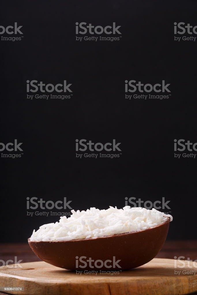 Ovo de chocolate com recheio de coco para a Páscoa - foto de acervo