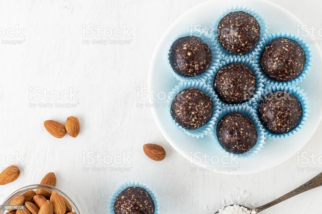 ナッツ、ココア パウダー、日付およびココナッツ フレーク チョコレート エネルギーをかむ。 ストックフォト
