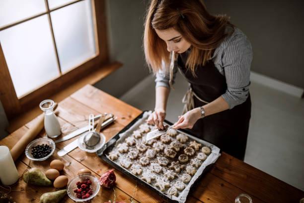 schokolade passt lebkuchen - hausgemachte zuckerplätzchen stock-fotos und bilder