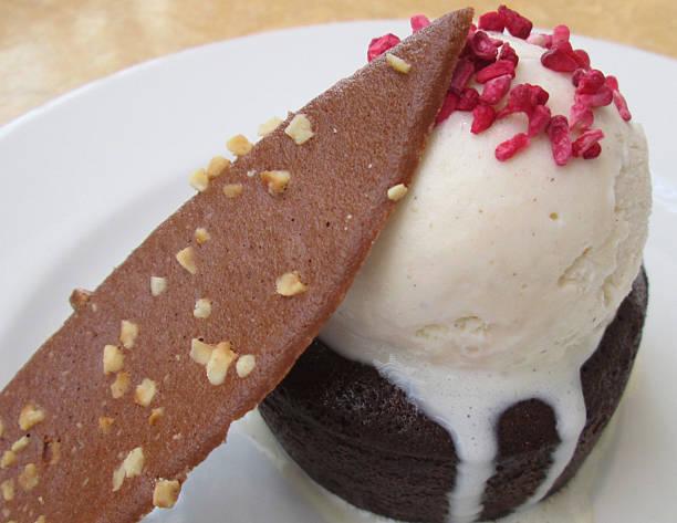 schokoladenmousse-kuchen, vanille-eis, pralinen haselnuss tuile, getrocknete-himbeer-artikel - waffelbecherkuchen stock-fotos und bilder