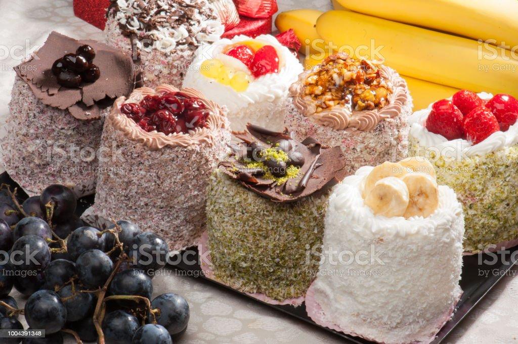 Çilek ve pudra şekeri ile çikolatalı fondan (cupcake) stok fotoğrafı