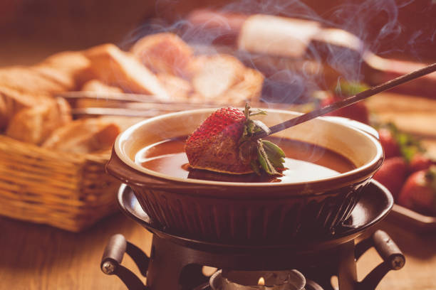 schokoladen-fondue - fondue zutaten stock-fotos und bilder