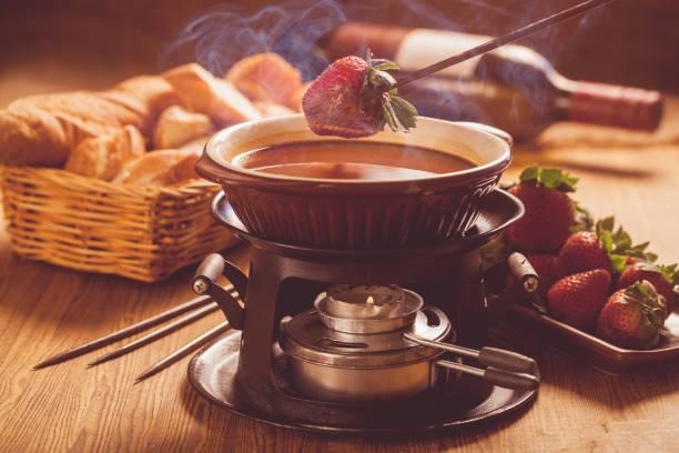 schokoladen-fondue - fondue stock-fotos und bilder