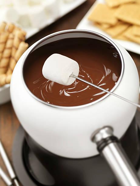 schokoladenfondue mit marshmallows - fondue zutaten stock-fotos und bilder