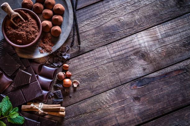 rustik ahşap masa üzerinde çikolata çerçeve - nane şeker stok fotoğraflar ve resimler