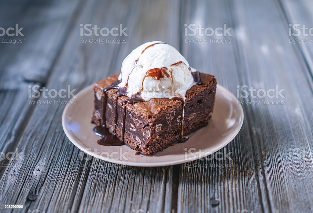 Chocolate Fudgy Brownie with Vanilla Ice Cream on top. – Foto