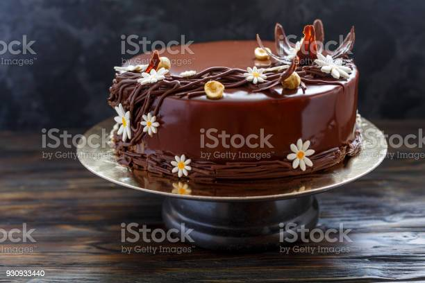Chocolate glazed cake with floral decoration picture id930933440?b=1&k=6&m=930933440&s=612x612&h=rotr5tefn7ttmxcrvgqtbejyph5cfeuu5iulz1 ri1k=