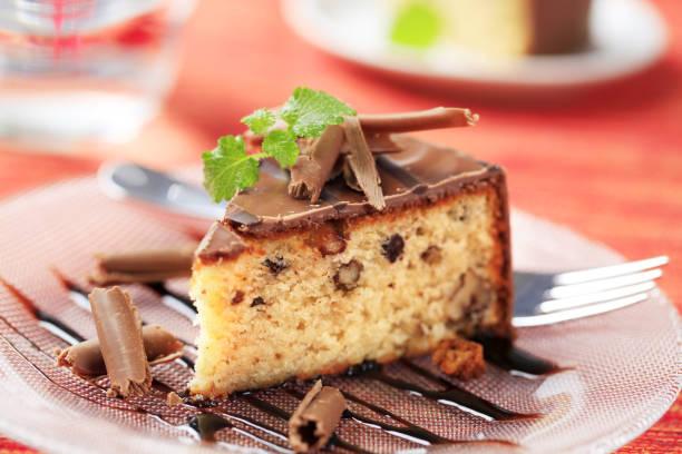 schokoladen sauce-nuss-kuchen - schokoladen biskuitkuchen stock-fotos und bilder