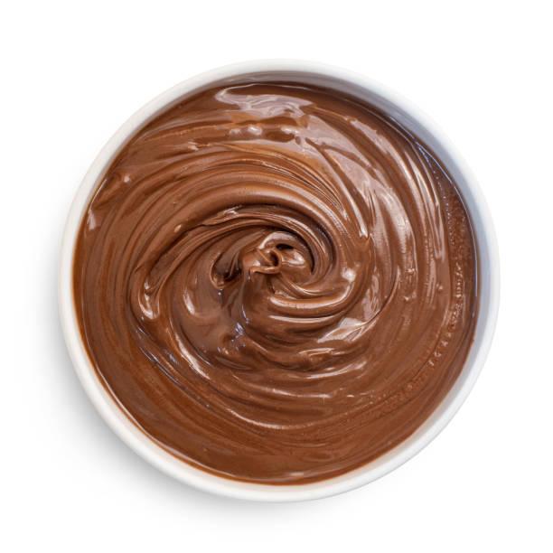 chocolade hazelnoot crème in witte kom, geïsoleerd op wit. bovenaanzicht - fudge stockfoto's en -beelden