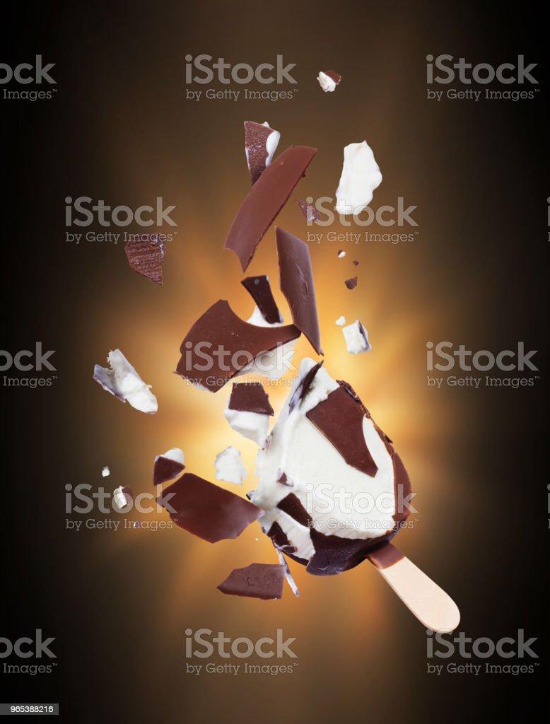 어둠 속에서 조각으로 분쇄 하는 초콜릿 아이스크림 - 로열티 프리 갈색 스톡 사진