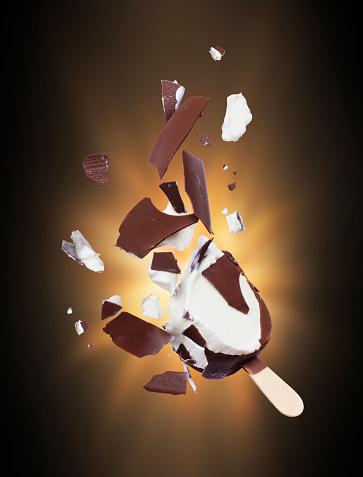 어둠 속에서 조각으로 분쇄 하는 초콜릿 아이스크림 갈색에 대한 스톡 사진 및 기타 이미지