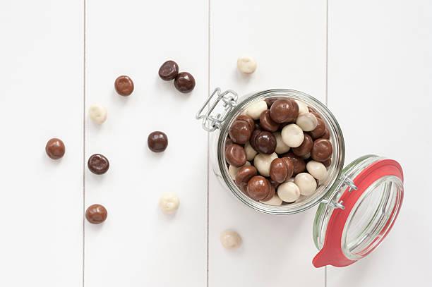 chocolate kruidnoten - kruidnoten stockfoto's en -beelden
