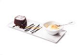 チョコレートの溶岩ケーキ、アイスクリームと装飾、溶融チョコレート ケーキをプレートにチョコレート ソースとブラウニーの上においしいアイスクリームのクローズ アップ