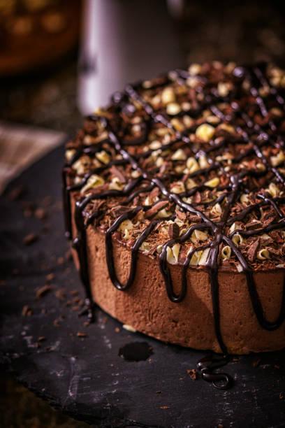 schokoladensahnetorte - deutscher schokoladen zuckerguss stock-fotos und bilder