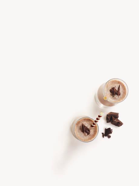 Schokolade Milch-Shake Smoothie auf weißem Hintergrund – Foto