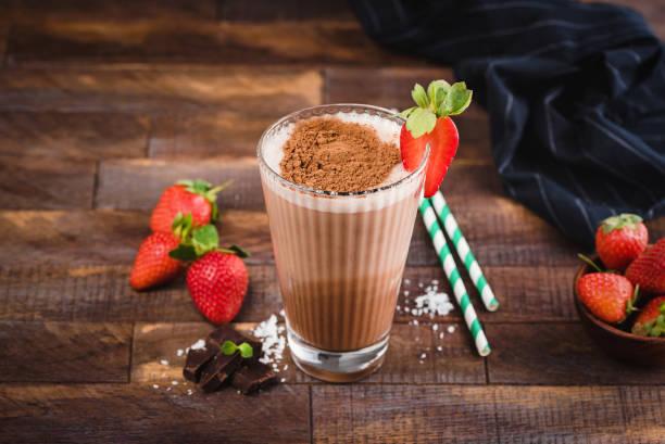 schoko milchshake oder cocktail in glasschale - kaffee protein shakes stock-fotos und bilder