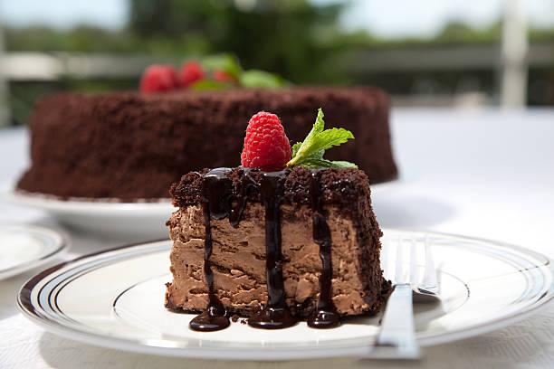 chocolate mousse cake - himbeerzuckerguss stock-fotos und bilder