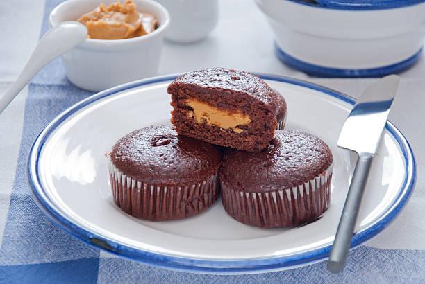 schoko-muffins mit erdnussbutter - heiße schokoladen cupcakes stock-fotos und bilder