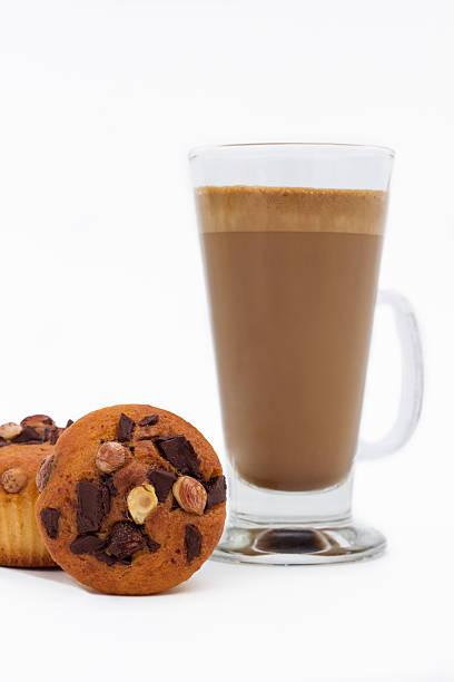 schokoladen-muffins und kaffee latte - heiße schokoladen cupcakes stock-fotos und bilder