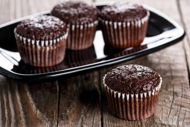 schokoladen-muffins  - heiße schokoladen cupcakes stock-fotos und bilder