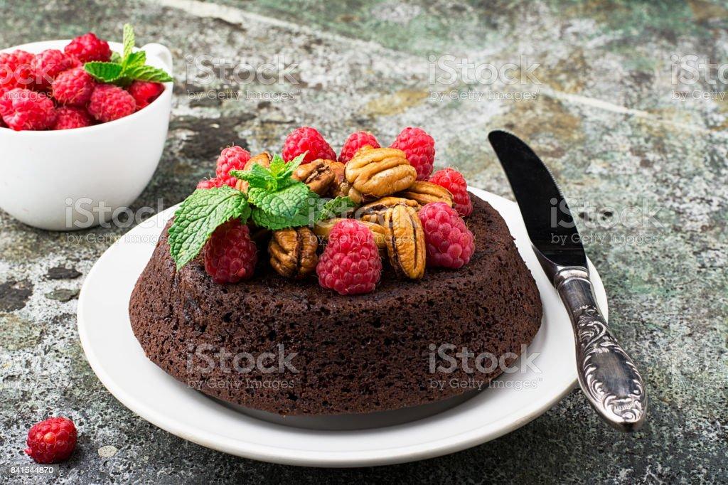 Schoko Nuss Brownie Kuchen Verziert Mit Himbeeren Stock Fotografie