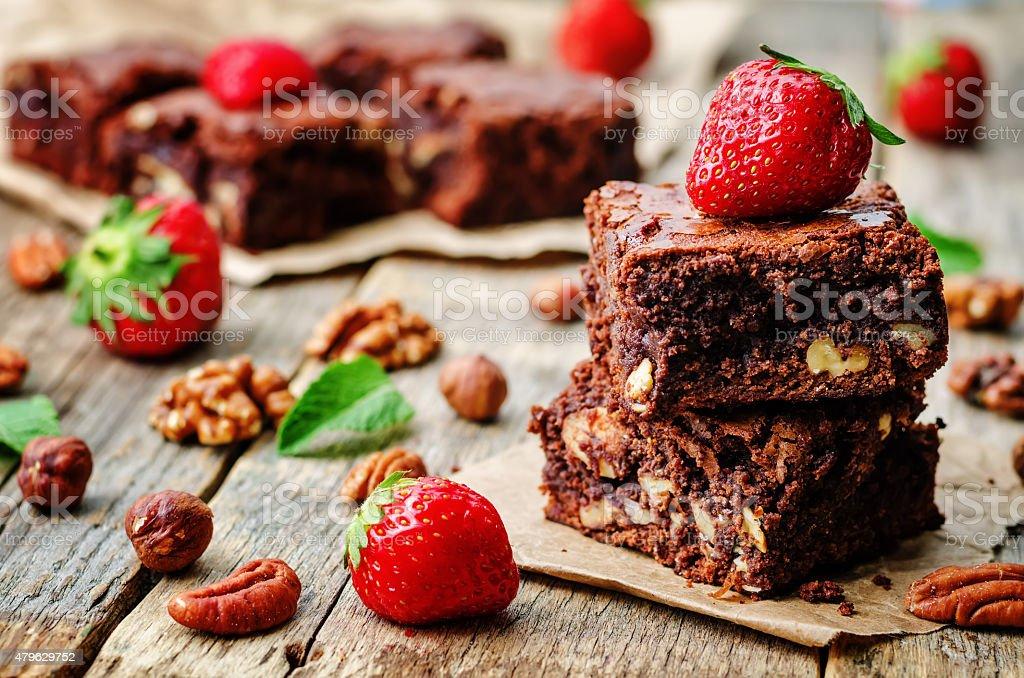 Fotografia De Brownie Con Chocolate Pastel Decorado Con Fresas Y Mas
