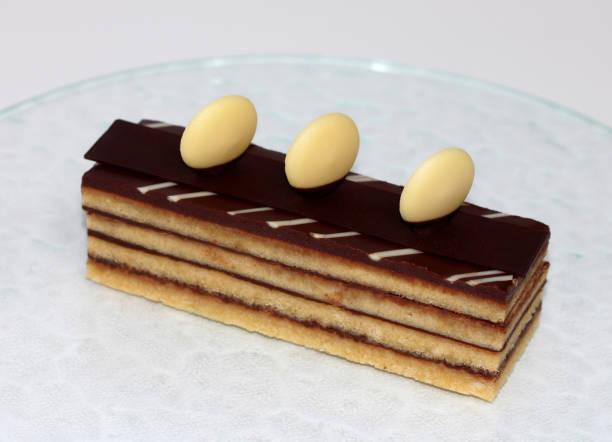 schokolade oper kuchen - schokoladen biskuitkuchen stock-fotos und bilder