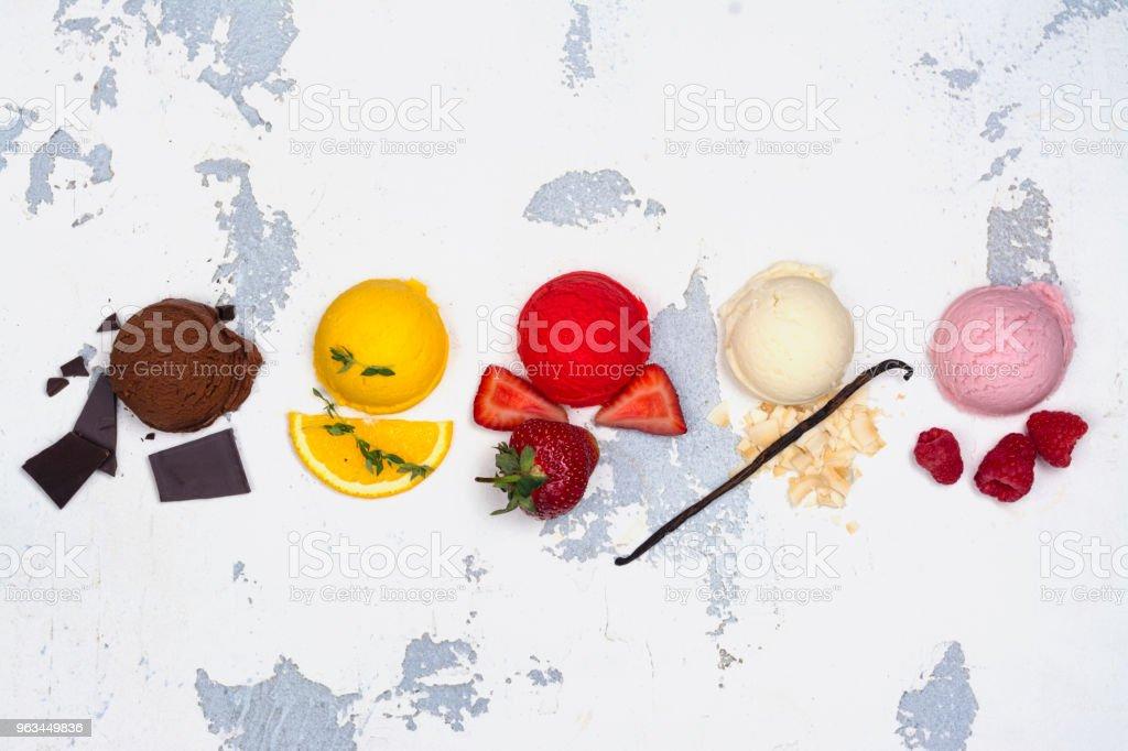 Gałki lodów czekoladowych, pomarańczowych, truskawkowych, waniliowych i malinowych - Zbiór zdjęć royalty-free (Brązowy)