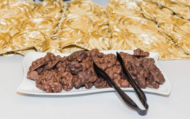 Arrangement de grappes d'arachide au chocolat à la fête sur le thème blanc et or - Photo
