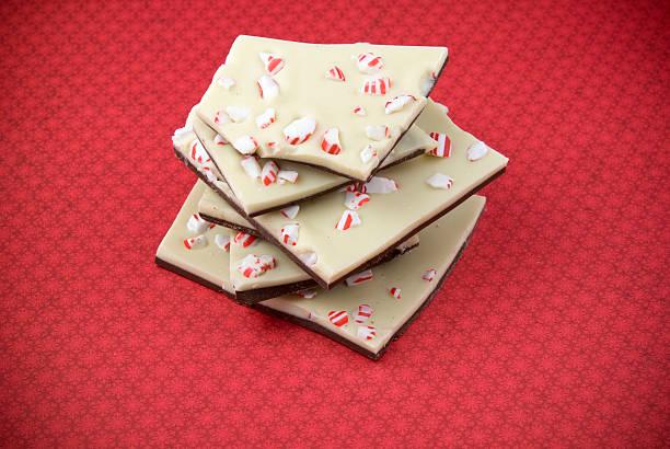 schokolade und pfefferminz baumrinde, weihnachten weihnachts-zuckerstange weihnachten dessert essen hintergrund - pfefferminzschokolade stock-fotos und bilder