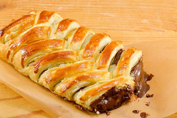 schokoladentorte kochen papier - schokolade gebratene kuchen stock-fotos und bilder
