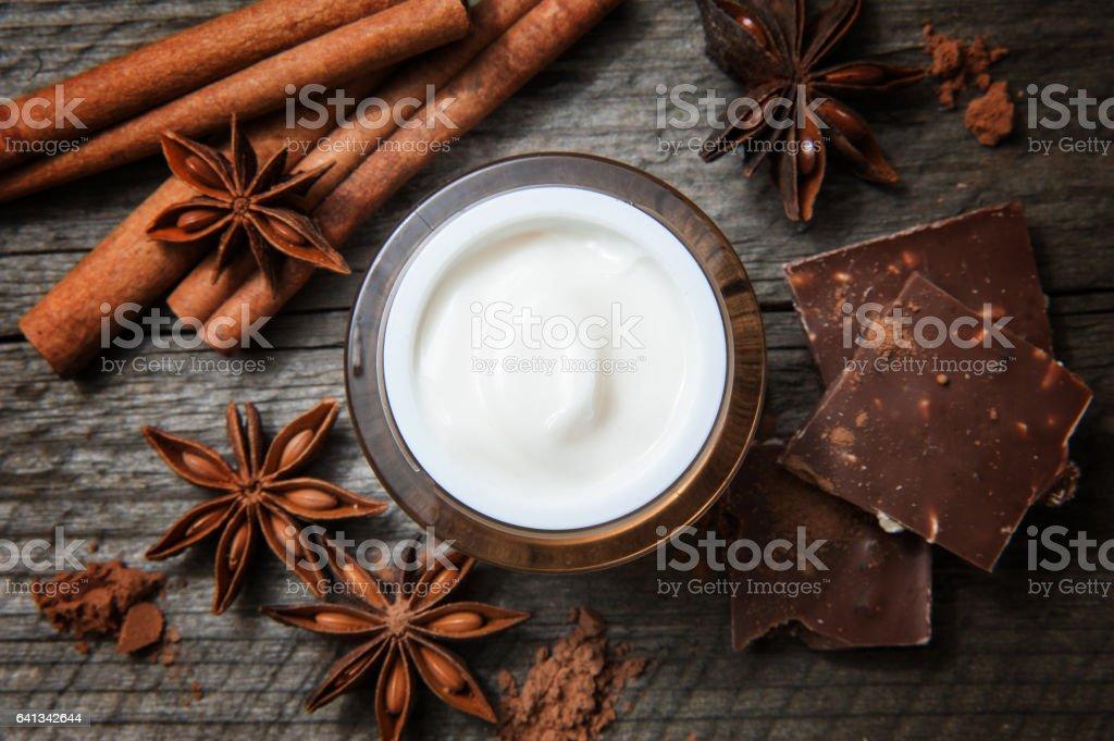 Schokolade Hautbehandlung. Kosmetischen Glas mit Lotion, Kakao, Anis, Zimt-Sticks. – Foto