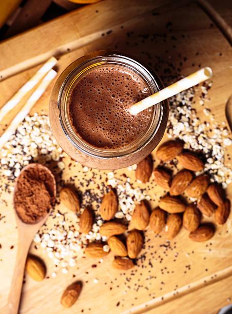 schokoladen-smoothie - einmachglassmoothie stock-fotos und bilder