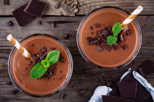 schokolade smoothie mit banane - kaffee protein shakes stock-fotos und bilder