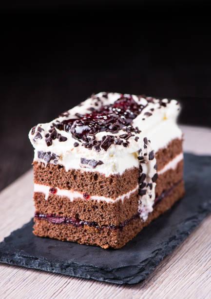 schokoladen biskuit mit heidelbeeren und marmelade. - schokoladen biskuitkuchen stock-fotos und bilder