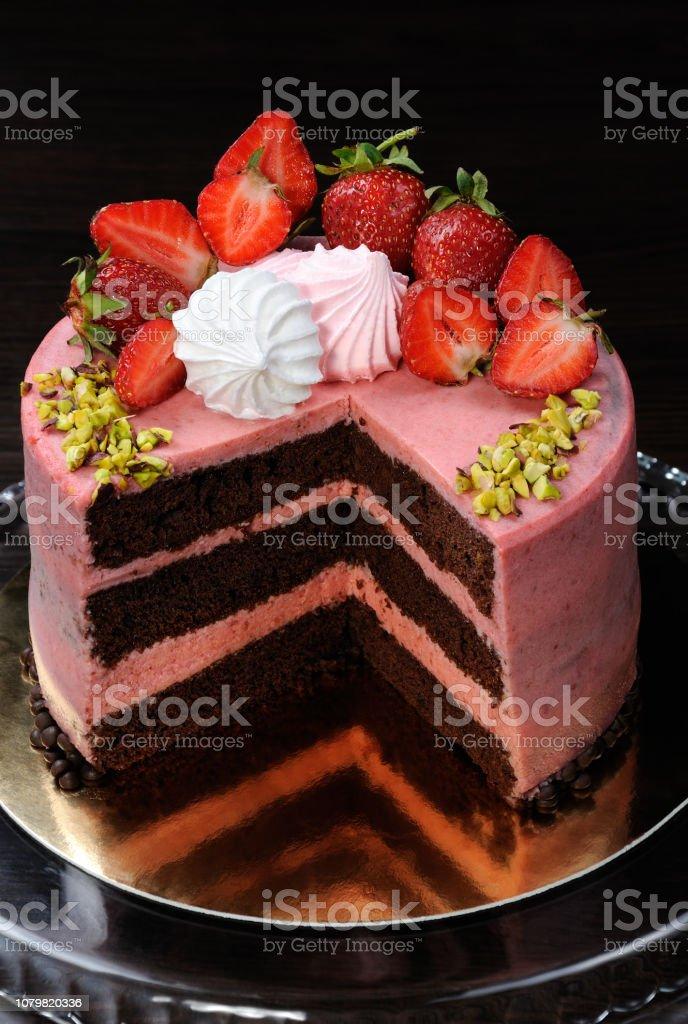 Pastel De Chocolate Fresa Decorado Con Fresas Merengue Y