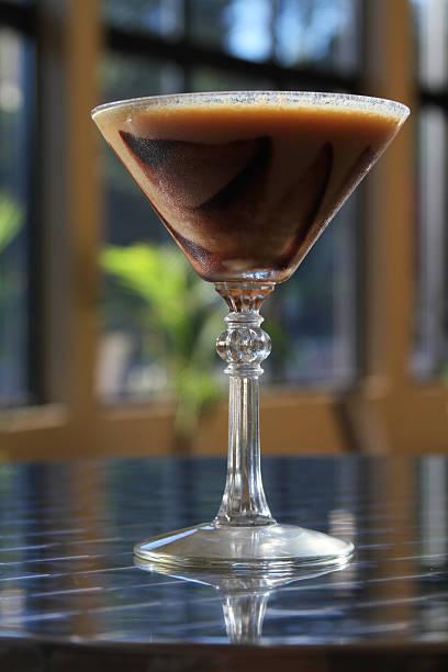 chocolate swirl martini - oliven wohnzimmer stock-fotos und bilder