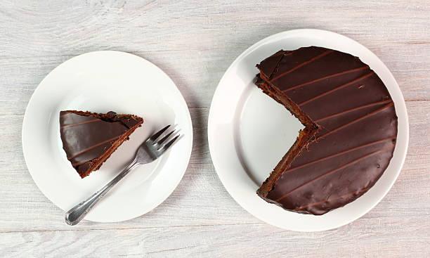 шоколадный торт с кремом-sachertorte - кусок торта стоковые фото и изображения