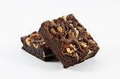 チョコレートのクルミ材のブラウニーに白背景