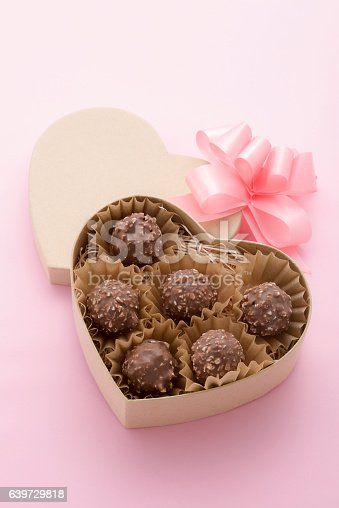 183269671 istock photo Chocolate went into the gift box 639729818